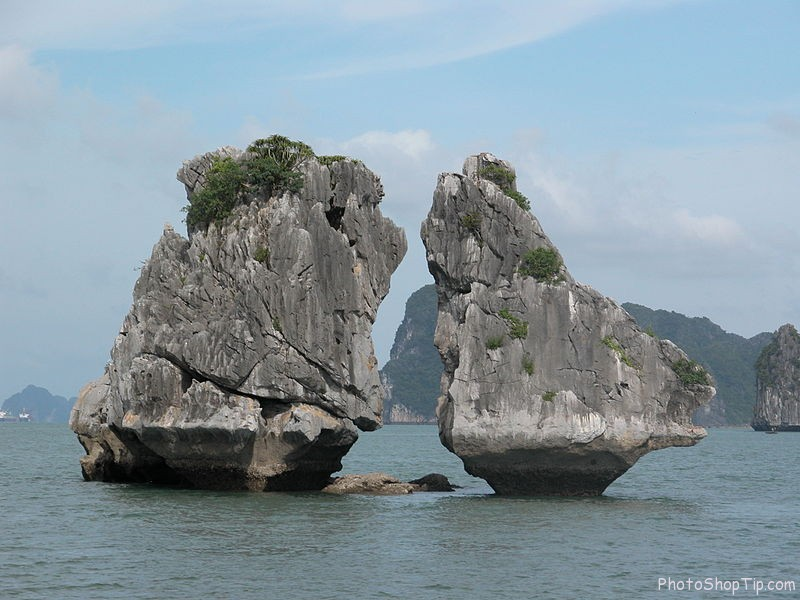 the kissing rocks in halong bay